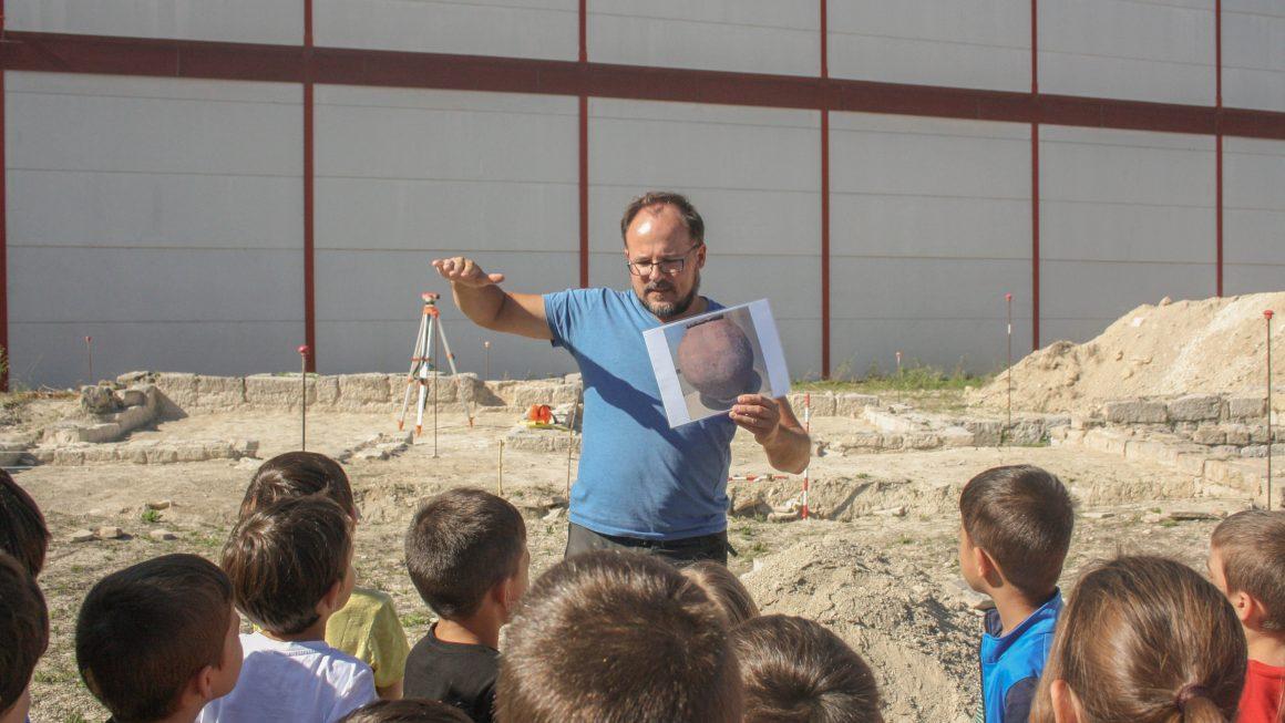 L'alumnat del CRA Alfauir-Ròtova visita l'excavació de la vil·la romana de la Sort